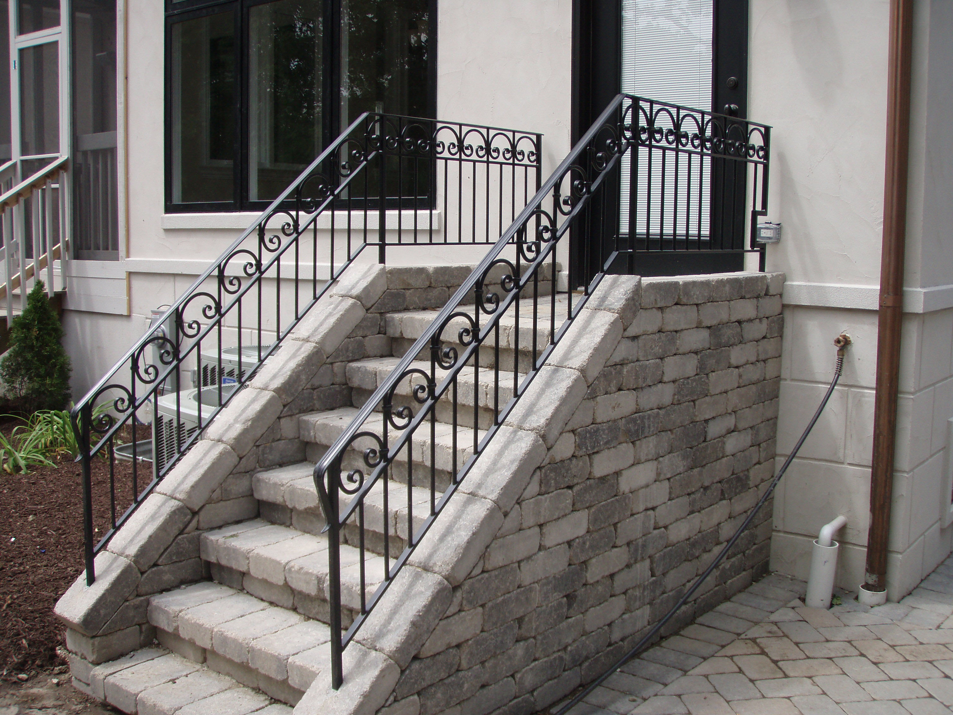 Cruved wrought iron porch railings with wood wrought for Main courante escalier exterieur